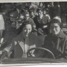 Fotografía antigua: == V104 - FOTOGRAFIA - DOS AMIGAS EN UNA ATRACCION DE FERIA. Lote 194542148