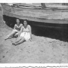 Fotografía antigua: == V108 - FOTOGRAFIA - DOS AMIGAS SENTADAS JUNTO A UNA BARCA. Lote 194542456