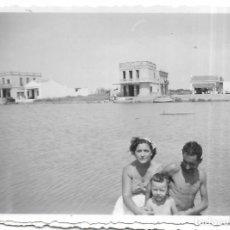 Fotografía antigua: == V122 - FOTOGRAFIA - PAREJA CON SU NIÑO - 1952. Lote 194542477