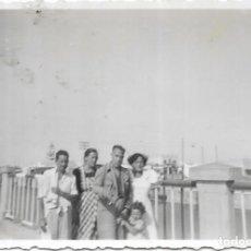 Fotografía antigua: == V150 - FOTOGRAFIA - GRUPO DE AMIGOS - 1952. Lote 194542516