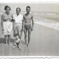 Fotografía antigua: == V153 - FOTOGRAFIA - AMIGOS EN LA PLAYA - 1952. Lote 194542528