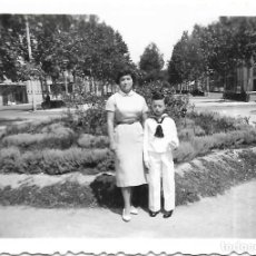 Fotografía antigua: == V186 - FOTOGRAFIA - JOVENCITO DE PRIMERA COMUNION CON SU MAMA - 1958. Lote 194544442