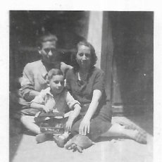 Fotografía antigua: == FP516 - FOTOGRAFIA PEQUEÑO FORMATO - PAREJA CON SU NIÑO - 6,5 X 5 CM.. Lote 194544597