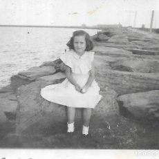 Fotografía antigua: == FP585 - FOTOGRAFIA PEQUEÑO FORMATO - NIÑA SENTADA JUNTO AL MAR - 6 X 5 CM.. Lote 194547698