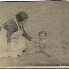 Fotografía antigua: == FP600 - FOTOGRAFIA PEQUEÑO FORMATO - SEÑORA CON NIÑITA - 7 X 5 CM.. Lote 194547883