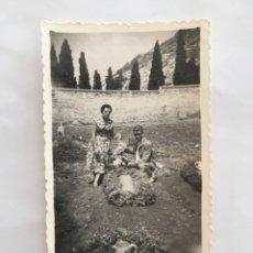 Fotografía antigua: FOTO. PONIENDO FLORES EN LA TUMBA DEL NIÑO. FOTÓGRAFO?.. Lote 194572637