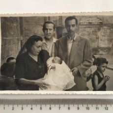 Fotografía antigua: FOTO. DESPUÉS DE LA CEREMONIA DEL BAUTIZO. REPOR. GRÁF. RAFA. VALENCIA, 13-7-1952.. Lote 194573131