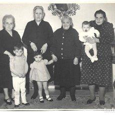 Fotografía antigua: FOTOGRAFIA ANTIGUA - GRUPO DE ABUELAS CON SUS NIETOS -FOTO- AUMENTE -GRAL.ALVARE DE CASTRO-MADRID. Lote 194612698