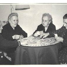 Fotografía antigua: FOTOGRAFIA ANTIGUA - ABUELAS JUGANDO A LAS CARTAS -FOTO- AUMENTE -ALVAREZ DE CASTRO,27 -MADRID. Lote 194614297