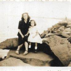 Fotografía antigua: == FP51 - FOTOGRAFIA PEQUEÑO FORMATO - SEÑORA Y NIÑA SENTADAS EN UNA ROCA - 6 X 4,5 CM.. Lote 194628430