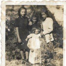 Fotografía antigua: == FP52 - FOTOGRAFIA PEQUEÑO FORMATO - JOVENCITAS EN EL CAMPO - 6 X 4,5 CM.. Lote 194628533