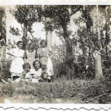 Fotografía antigua: == FP77 - FOTOGRAFIA PEQUEÑO FORMATO - AMIGAS EN EL CAMPO - X 4,5 CM.. Lote 194629112