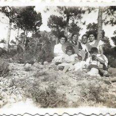 Fotografía antigua: == FP79- FOTOGRAFIA PEQUEÑO FORMATO - AMIGAS EN EL CAMPO - X 4,5 CM.. Lote 194629185