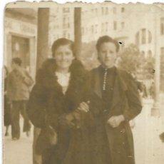 Fotografía antigua: == FP87 - FOTOGRAFIA PEQUEÑO FORMATO - DOS AMIGAS DE PASEO - 6,5 - X 4,5 CM.. Lote 194629600