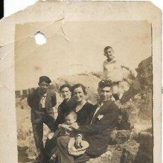 Fotografía antigua: == FP710 - FOTOGRAFIA PEQUEÑO FORMATO - GRUPO DE AMIGOS EN EL CAMPO - 6,5 X 4,5 CM.. Lote 194630063