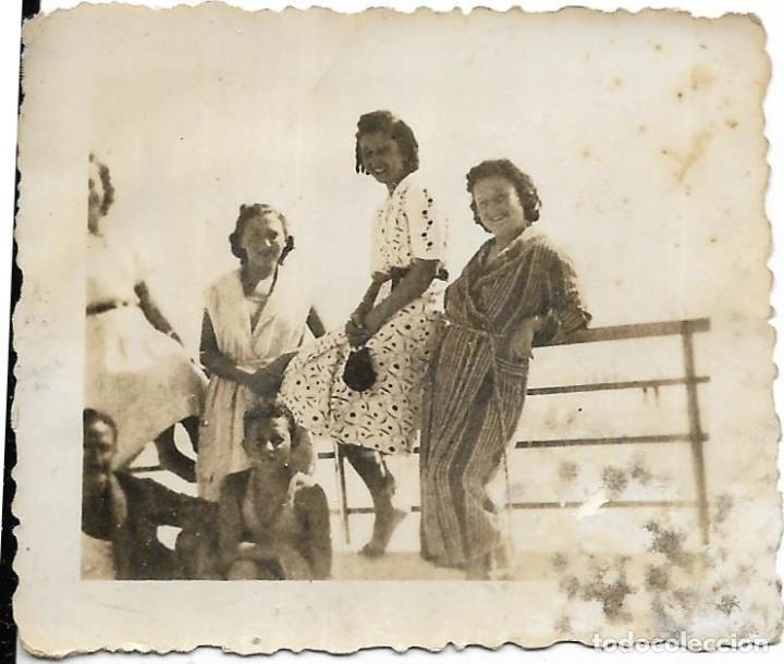 == FP719 - FOTOGRAFIA PEQUEÑO FORMATO - GRUPO DE AMIGAS - 1940 - 6 X 5 CM. (Fotografía - Artística)