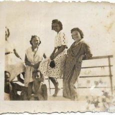 Fotografía antigua: == FP719 - FOTOGRAFIA PEQUEÑO FORMATO - GRUPO DE AMIGAS - 1940 - 6 X 5 CM.. Lote 194630403