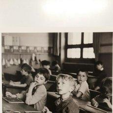 Fotografía antigua: ROBERT DOISNEAU: AL PUNTO DE DAR CON EL RESULTADO. FOTOGRAFÍA LITOGRAFICA ORIGINAL CON MATRÍCULA. Lote 194637118