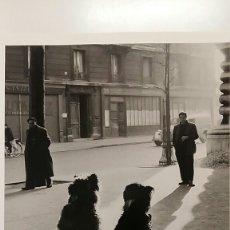 Fotografía antigua: ROBERT DOISNEAU: PERROS EN LA RUEDA DE LACHAPELLE. PARÍS. FOTOGRAFÍA LITOGRAFICA ORIGINAL. Lote 194637470