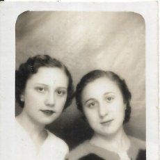 Fotografía antigua: == FP773 - FOTOGRAFIA PEQUEÑO FORMATO - DOS BONITAS JOVENES - 6 X 4,5 CM.. Lote 194649137