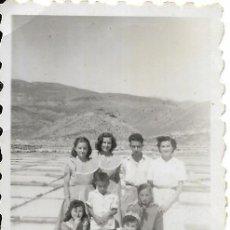 Fotografía antigua: == FP796 - FOTOGRAFIA PEQUEÑO FORMATO - GRUPO DE AMIGOS - 6 X 4 CM.. Lote 194649327