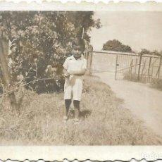 Fotografía antigua: == FP797 - FOTOGRAFIA PEQUEÑO FORMATO - NIÑITO EN UN JARDIN - 6,5 X 4,5 CM.. Lote 194649358