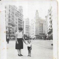 Fotografía antigua: == FP798 - FOTOGRAFIA PEQUEÑO FORMATO - SEÑORA CON NIÑITA DE LA MANO - 7 X 5 CM.. Lote 194649382