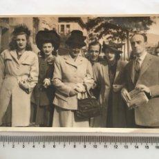 Fotografía antigua: FOTO. PASEANDO POR LA CIUDAD. FOTO CERVERDE. AÑO 1946.. Lote 194661250
