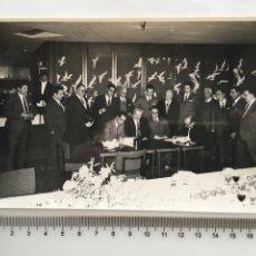 Fotografía antigua: FOTO. FIRMA DE ACUERDOS. REPORTAJES GRÁFICOS DAMIAN. VALENCIA.. Lote 194663428