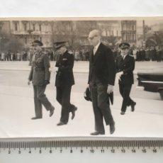 Fotografía antigua: FOTO. AUTORIDADES POLÍTICAS. ATENAS. FECHA, 31-3-1956.. Lote 194663720