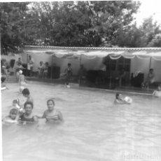 Fotografía antigua: ==GG291 - FOTOGRAFÍA - AMIGAS EN UNA PISCINA. Lote 194687330