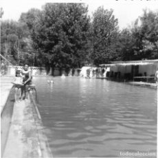Fotografía antigua: ==GG292 - FOTOGRAFÍA - DOS NIÑAS JUNTA A UNA PISCINA. Lote 194687403