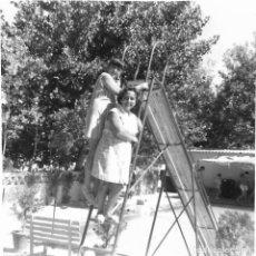 Fotografía antigua: ==GG293 - FOTOGRAFÍA - DOS NIÑAS EN UN TOBOGAN. Lote 194687480