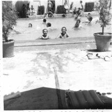 Fotografía antigua: ==GG294 - FOTOGRAFÍA - DOS NIÑAS EN UNA PISCINA . Lote 194687550