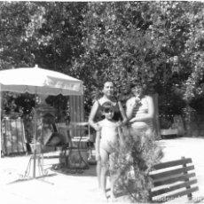 Fotografía antigua: ==GG295 - FOTOGRAFÍA - DOS NIÑAS JUNTA A MUJER EN UNA PISCINA . Lote 194687590
