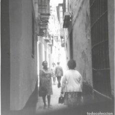Fotografía antigua: ==GG297 - FOTOGRAFÍA - PAISAJE - PERSONAS ANDANDO POR UN CALLEJON. Lote 194687991