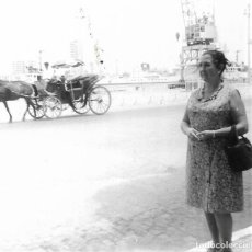 Fotografía antigua: ==GG298 - FOTOGRAFÍA - SEÑORA EN EL PUERTO JUNTO A UN CARRO. Lote 194688090