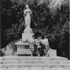 Fotografía antigua: ==GG299 - FOTOGRAFÍA - GRUPO DE AMIGAS JUNTO A UNA ESCULTURA. Lote 194688161