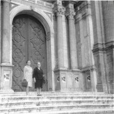 Fotografía antigua: ==GG300 - FOTOGRAFÍA - DOS MUJERES EN LA PUERTA DE UNA CATEDRAL. Lote 194688217