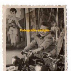 Fotografía antigua: LAS PALMAS DE GRAN CANARIA. NIÑO EN ATRACCIÓN DE FERIA. FOTO MESA.. Lote 194729765