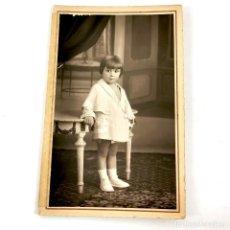 Fotografía antigua: FOTOGRAFIA NIÑA PEQUEÑA F. VOLTAS MÉNDEZ PELAYO, 100 BARCELONA - AÑOS 30 - 14 X 9 CM / TC-6. Lote 194730623