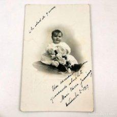 Fotografía antigua: FOTOGRAFIA NIÑA PEQUEÑA ARTÍSTICA DE ESTUDIO - BARCELONA - 1917 - 13,5X8,5 CM / TC-6. Lote 194732081