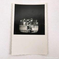 Fotografía antigua: FOTOGRAFIA PARTIDO BOXEO EN LA TELEVISIÓN MUHAMMAD ALI VS. JOE FRAIZER - 9 X 6 CM / TC-6. Lote 194732291