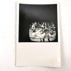 Fotografía antigua: FOTOGRAFIA PARTIDO BOXEO EN LA TELEVISIÓN MUHAMMAD ALI VS. JOE FRAIZER - 9 X 6 CM / TC-6. Lote 194732308