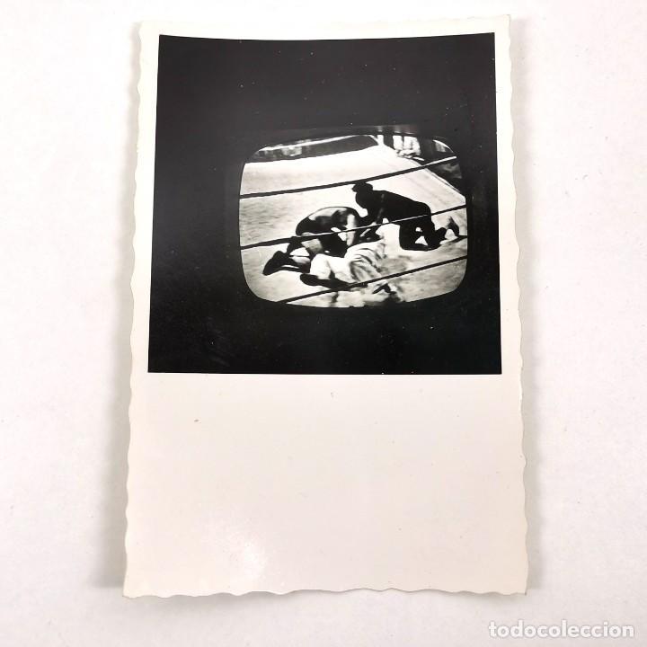 FOTOGRAFIA PARTIDO BOXEO EN LA TELEVISIÓN MUHAMMAD ALI VS. JOE FRAIZER - 9 X 6 CM / TC-6 (Fotografía - Artística)