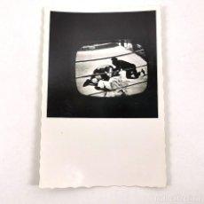 Fotografía antigua: FOTOGRAFIA PARTIDO BOXEO EN LA TELEVISIÓN MUHAMMAD ALI VS. JOE FRAIZER - 9 X 6 CM / TC-6. Lote 194732317