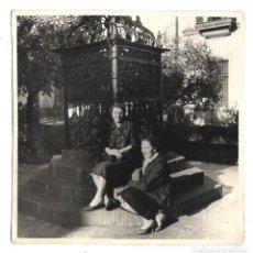 Fotografía antigua: EXTRAORDINARIA FOTOGRAFIA ANTIGUA- DOS AMIGAS EN SEVILLA . Lote 194754048