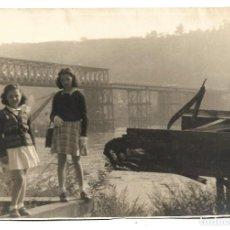 Fotografía antigua: EXTRAORDINARIA FOTOGRAFIA ANTIGUA- DOS HERMANAS EN EL RIO . Lote 194754752