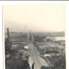 Fotografía antigua: EXTRAORDINARIA FOTOGRAFIA ANTIGUA- PUERTO DE BARCELONA CON COLON AL FONDO. Lote 194754897