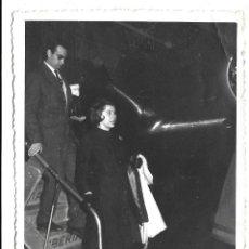 Fotografía antigua: EXTRAORDINARIA FOTOGRAFIA ANTIGUA-PERSONALIDAD BAJANDO DEL AVION EN MANISES VALENCIA -DICBRE.1.963. Lote 194755505